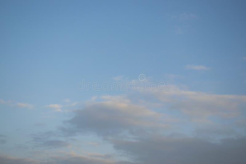 Cielo azul con el clound fotografía de archivo