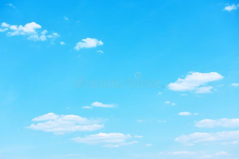 Cielo azul con el fondo de las nubes imagenes de archivo