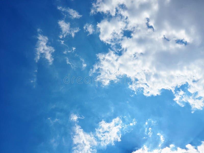 Cielo azul con el fondo del espacio de almacenamiento de la nube como día de verano imágenes de archivo libres de regalías