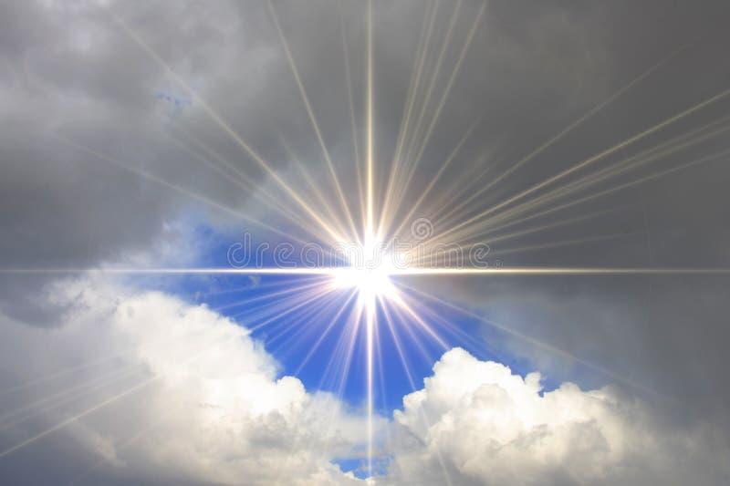 Cielo azul con el sol y las nubes brillantes fotografía de archivo