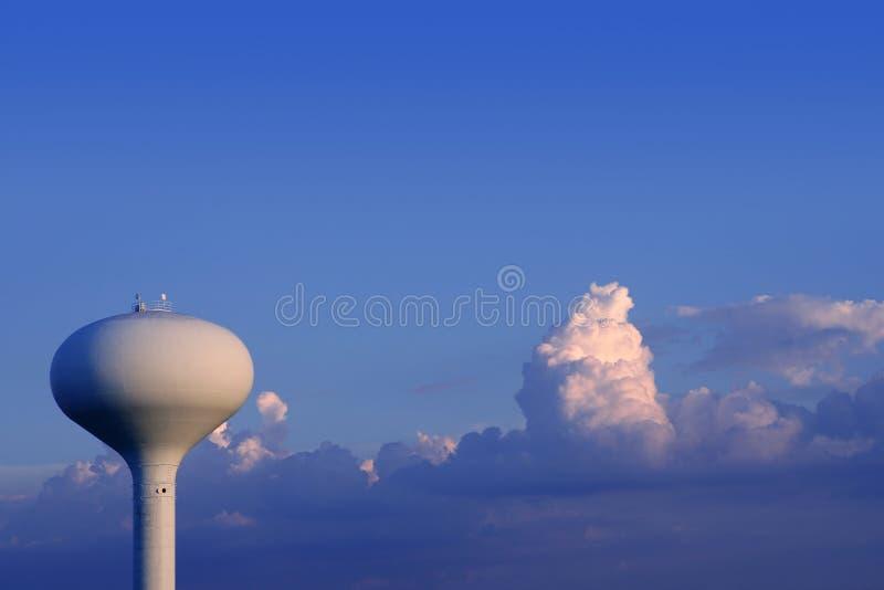 Cielo azul con el tanque de agua americano foto de archivo libre de regalías