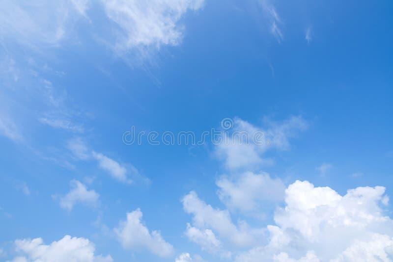 Cielo azul con fondo de nubes foto de archivo