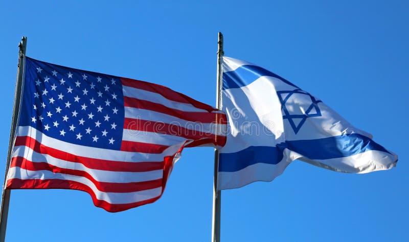 cielo azul con la bandera americana y la bandera israelí imagen de archivo libre de regalías