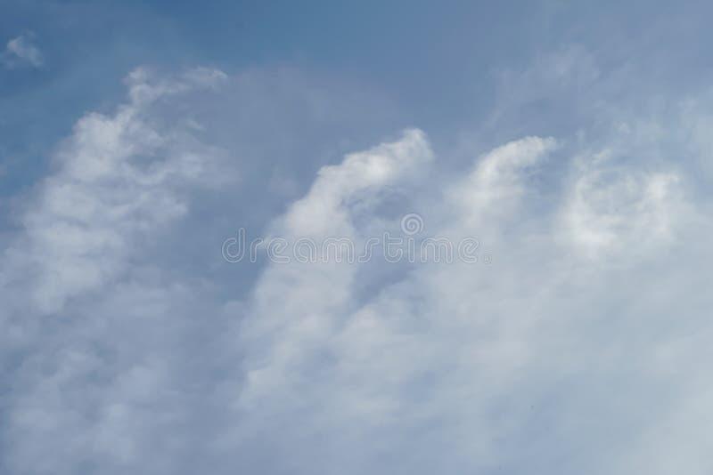 Cielo azul con la daga escocesa de la nube imagen de archivo libre de regalías