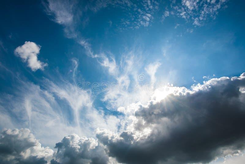 Cielo azul con la nube fotos de archivo