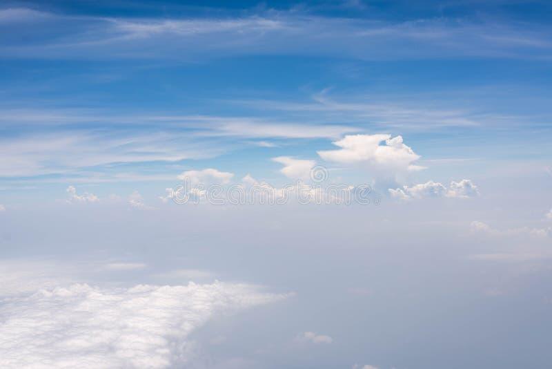 Cielo azul con la nube imagenes de archivo