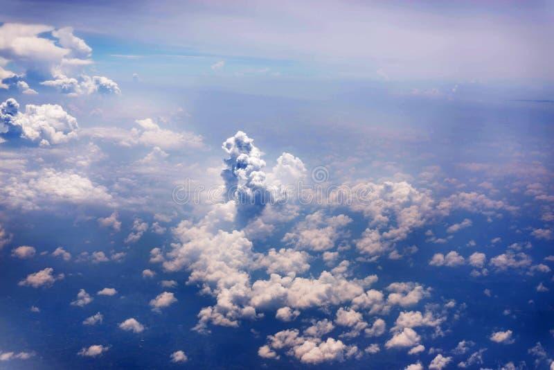 Cielo azul con la nube, fondo abstracto imagen de archivo