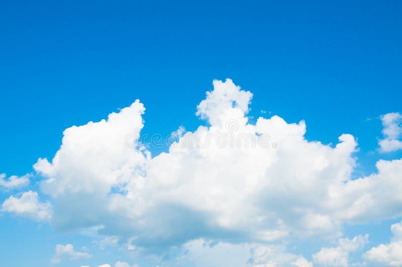Cielo azul con la nube con la luz del día del fondo, composición natural del cielo, elemento del diseño fotos de archivo libres de regalías