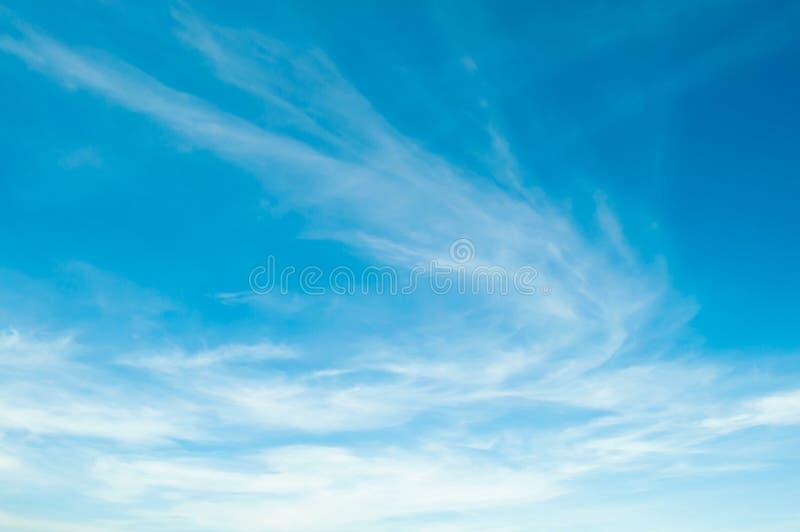 Cielo azul con la nube Natural hermoso del extracto o del fondo del cielo imágenes de archivo libres de regalías