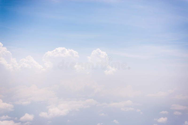 Cielo azul con la nube para el backgroud de la naturaleza imágenes de archivo libres de regalías