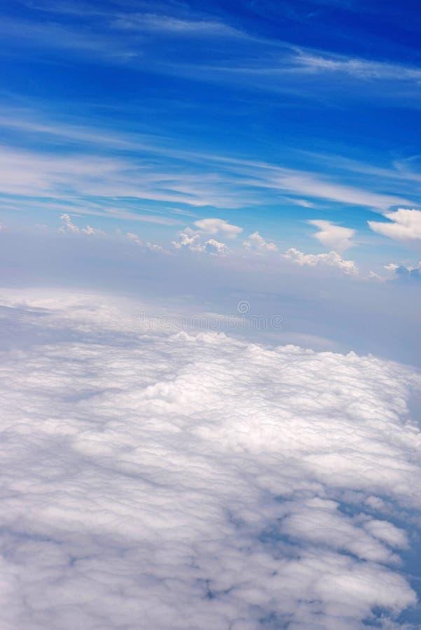 Cielo azul con la nube para el backgroud de la naturaleza fotos de archivo