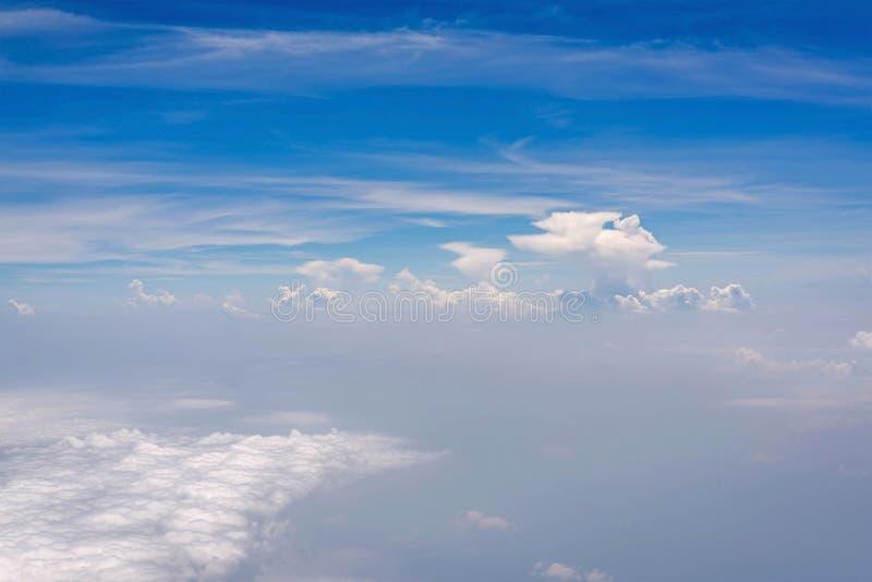 Cielo azul con la nube para el backgroud de la naturaleza imagen de archivo