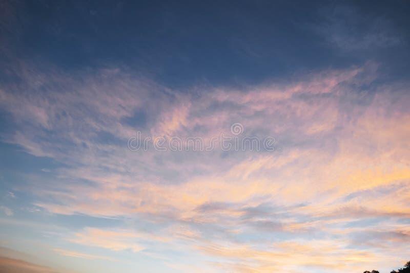Cielo azul con la nube y la puesta del sol fotografía de archivo