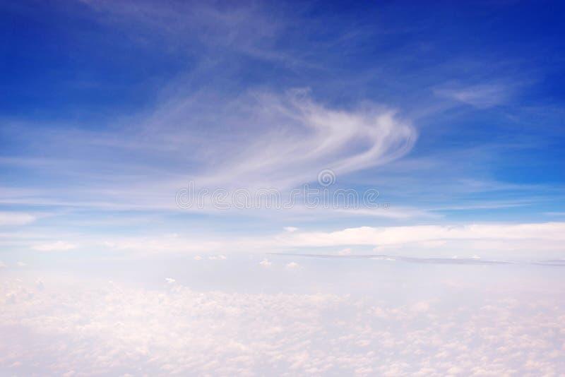 Cielo azul con la opinión de la nube del aeroplano imagen de archivo
