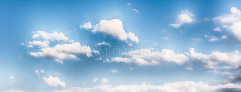 Cielo azul con la textura escénica de las nubes, útil como fondo imagen de archivo