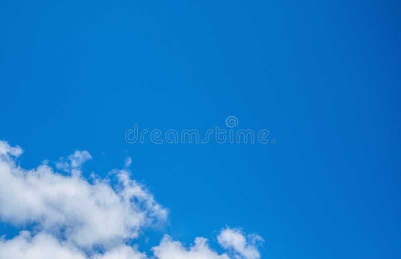 Cielo azul con las nubes imágenes de archivo libres de regalías