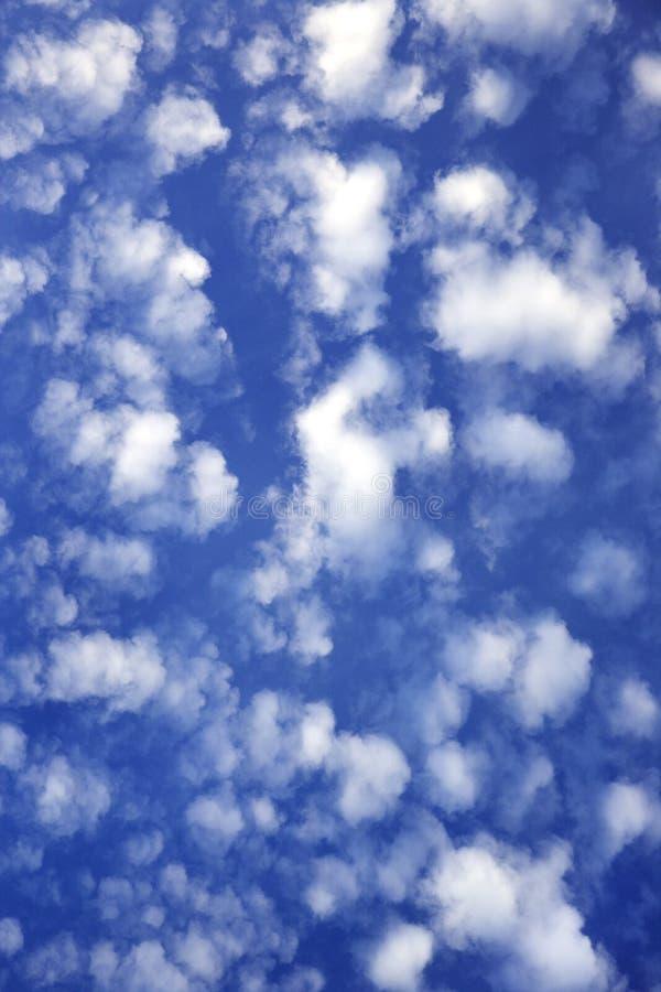 Cielo azul con las nubes. fotografía de archivo
