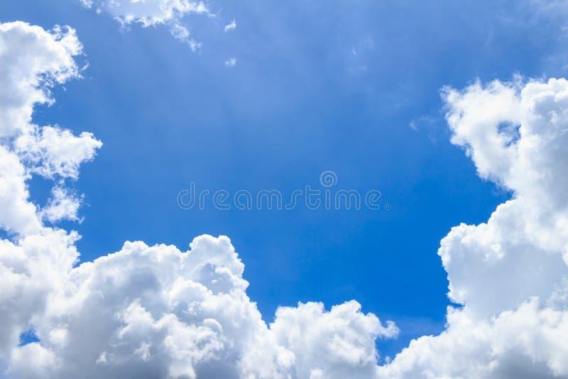 Cielo azul con las nubes fotografía de archivo libre de regalías