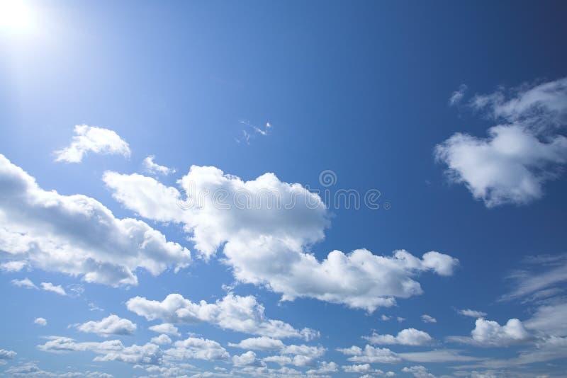 Cielo azul con las nubes blancas fotos de archivo