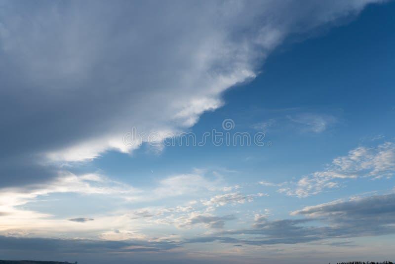 Cielo azul con las nubes blancas para su fondo imagen de archivo libre de regalías