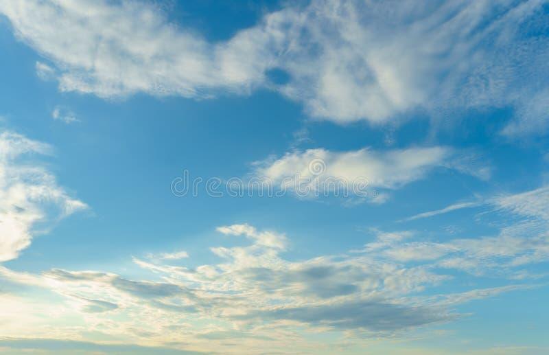 Cielo azul con las nubes blancas para su fondo imagen de archivo