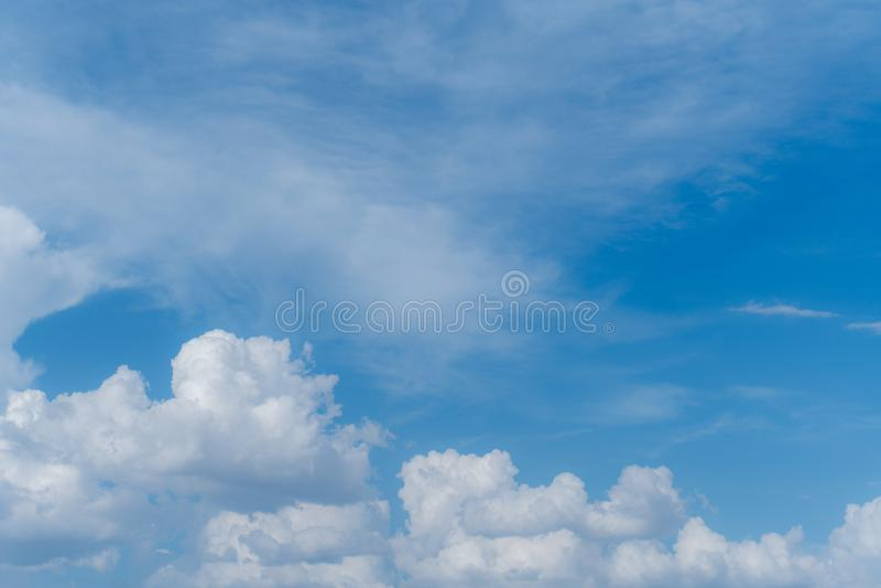 Cielo azul con las nubes blancas para su fondo imágenes de archivo libres de regalías