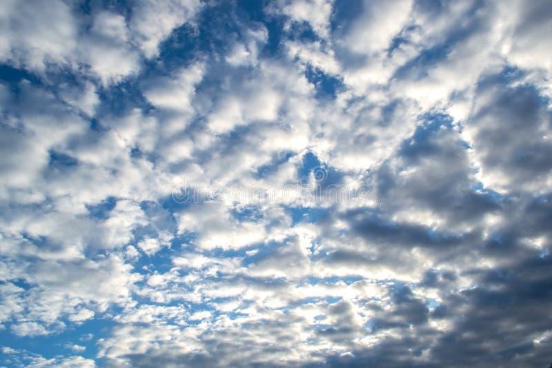 Cielo azul con las nubes Cielo melancólico antes de la lluvia foto de archivo libre de regalías