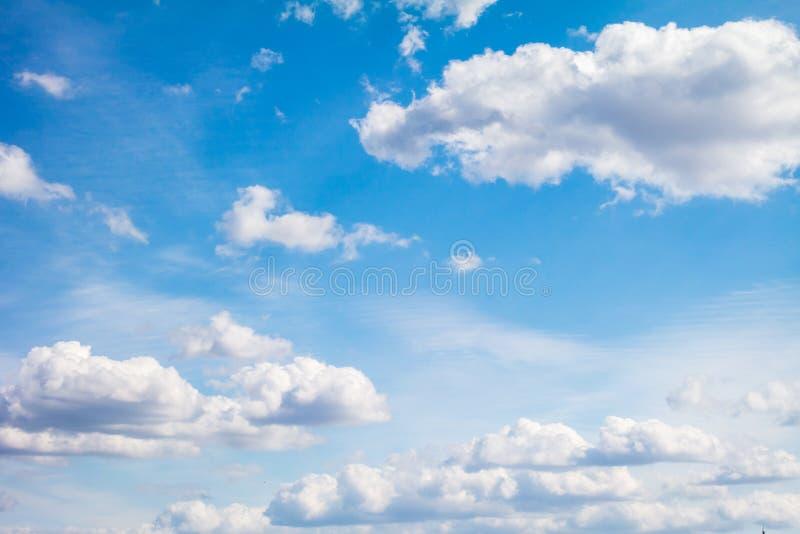Cielo azul con las nubes de cúmulo ligeras foto de archivo