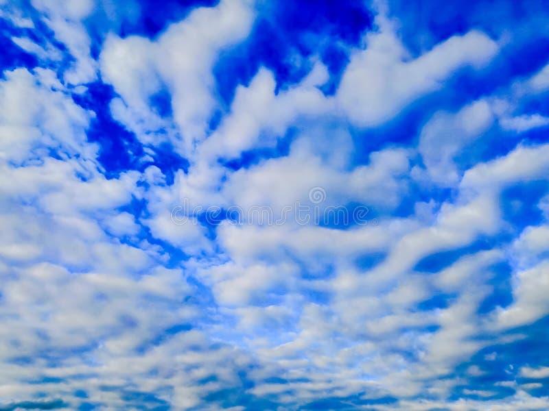 Cielo azul con las nubes de cirro flotantes fotos de archivo libres de regalías