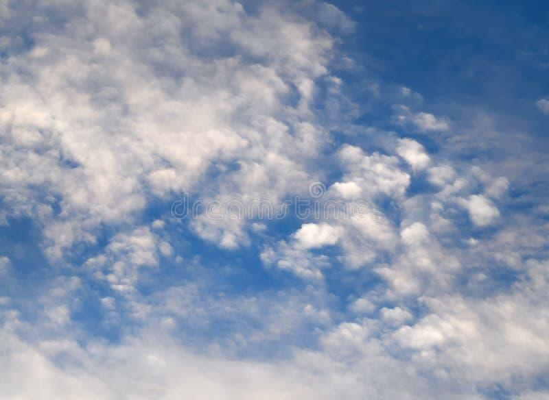 Cielo azul con las nubes de las porciones fotografía de archivo libre de regalías
