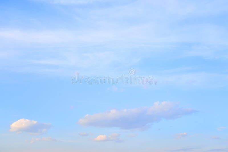 Cielo azul con las nubes del rocío del mar fotografía de archivo