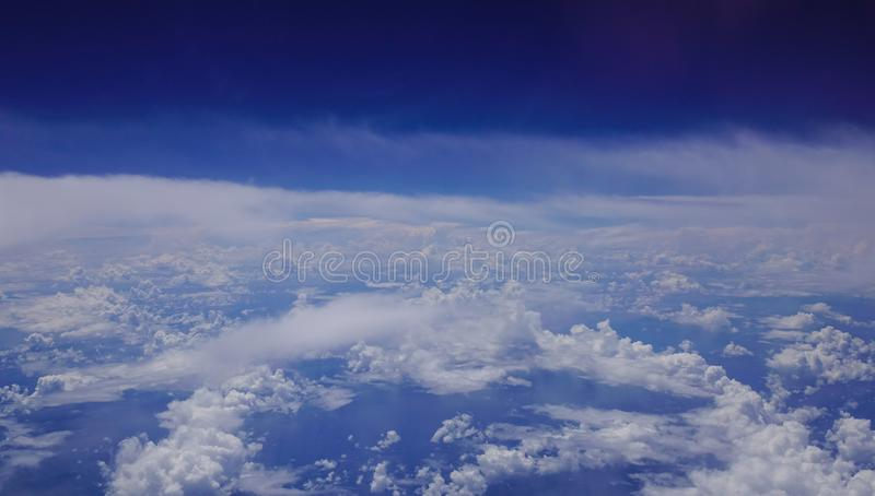 Cielo azul con las nubes en el día soleado foto de archivo