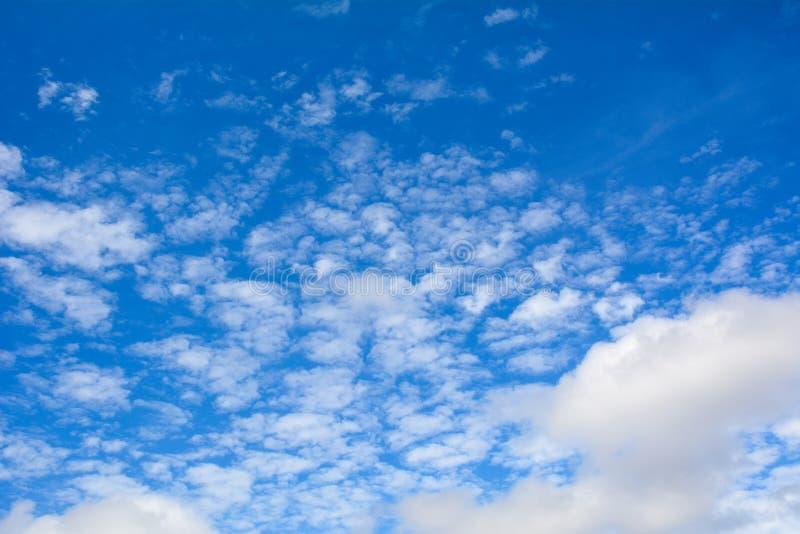 Cielo azul con las nubes en el día soleado fotos de archivo