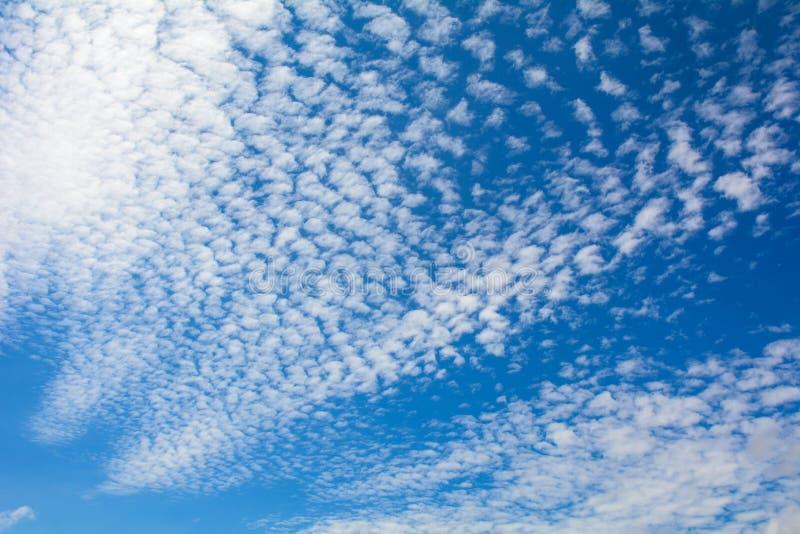 Cielo azul con las nubes en el día soleado imagenes de archivo