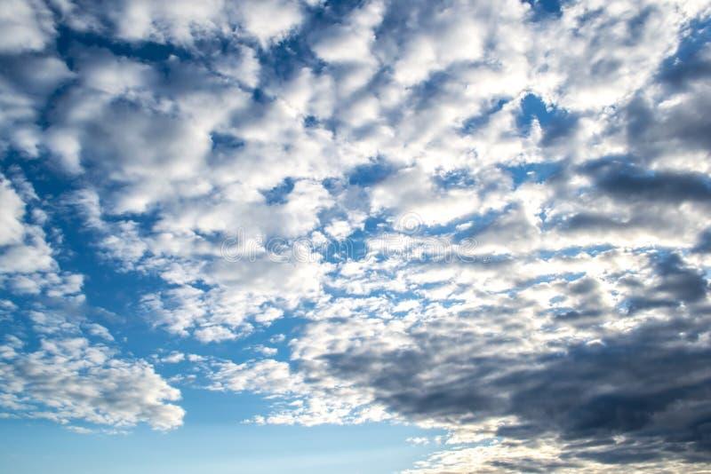 Cielo azul con las nubes Cielo melancólico antes de la lluvia imagen de archivo