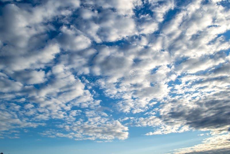 Cielo azul con las nubes Cielo melancólico antes de la lluvia fotografía de archivo