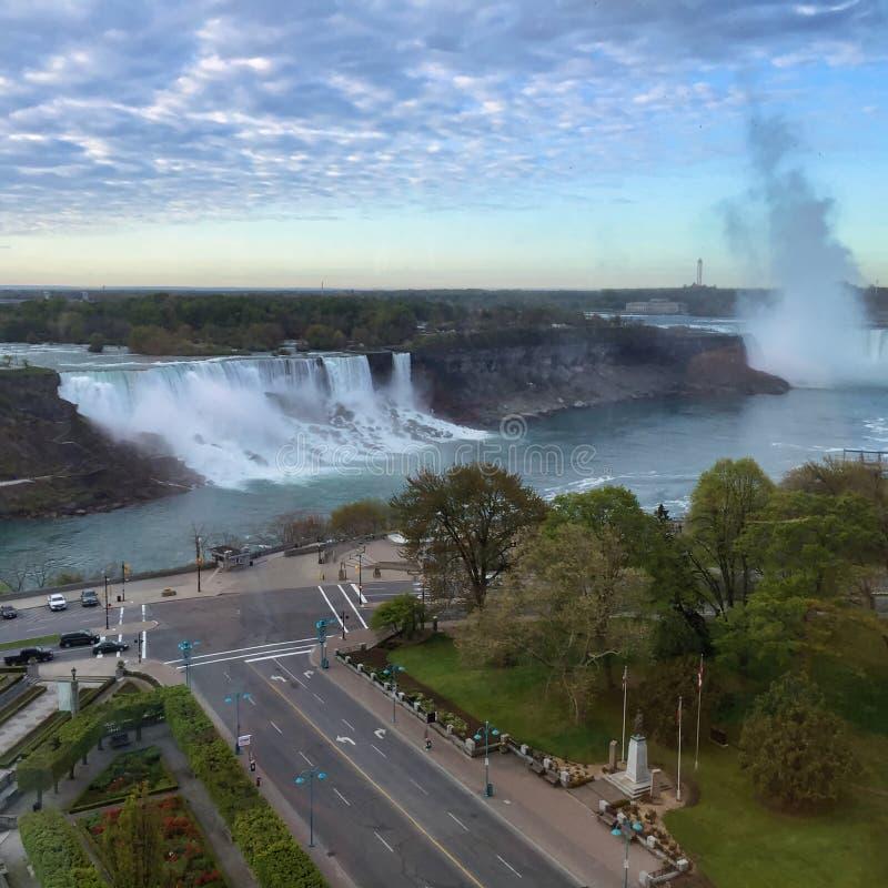 Cielo azul con las nubes mullidas blancas que pasan por alto las cascadas y el río imágenes de archivo libres de regalías