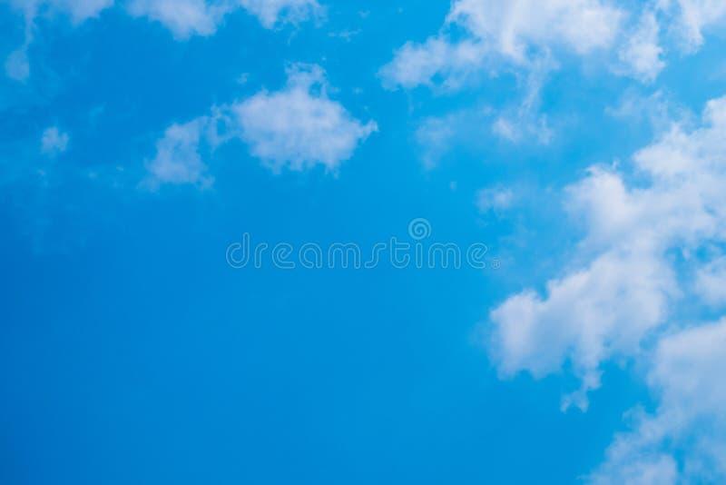 Cielo azul con las nubes para el fondo imágenes de archivo libres de regalías