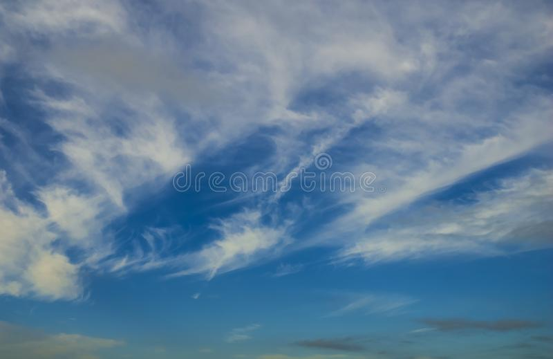 Cielo azul con las nubes Puede ser utilizado como fondo imagen de archivo libre de regalías
