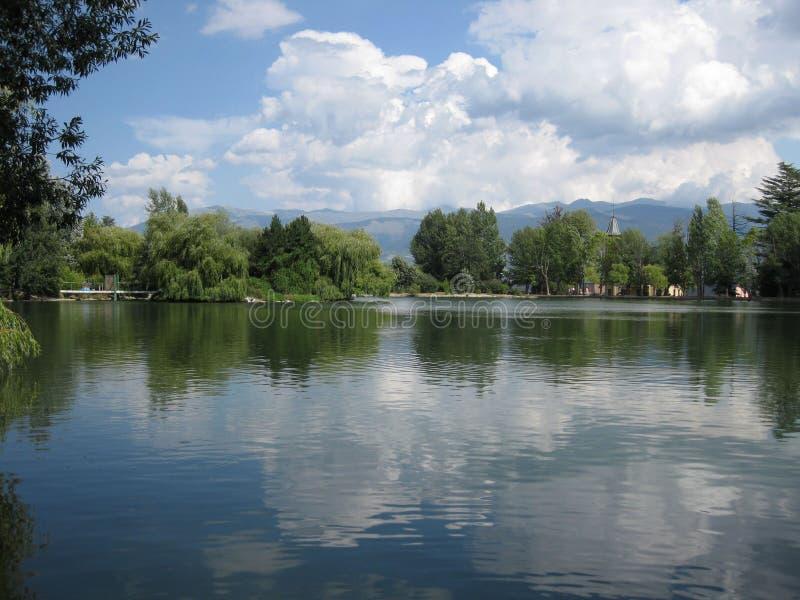 Cielo azul con las nubes reflejadas en el lago fotografía de archivo libre de regalías
