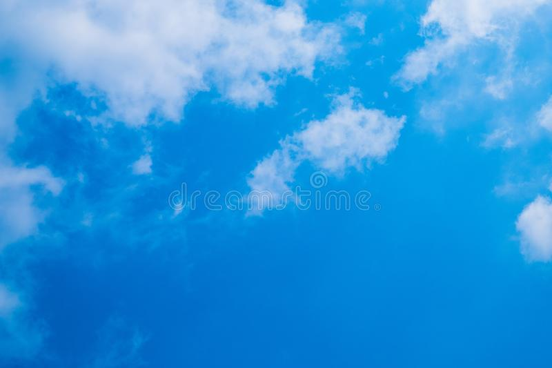 Cielo azul con las nubes y el espacio del texto fotografía de archivo