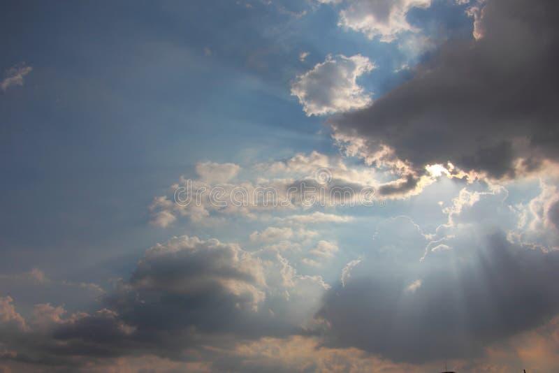 Cielo azul con las nubes y el rayo del sol fotos de archivo
