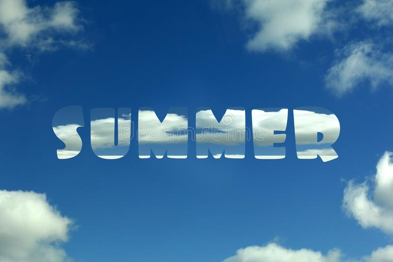Cielo azul con las nubes y el verano de la inscripción foto de archivo