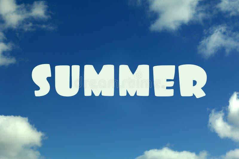 Cielo azul con las nubes y el verano de la inscripción imagen de archivo libre de regalías