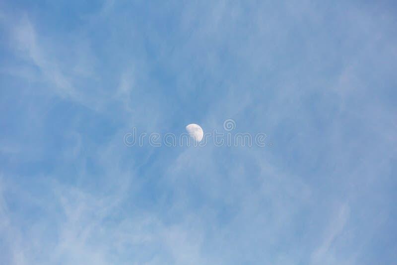 Cielo azul con las peque?as nubes blancas densas fotografía de archivo
