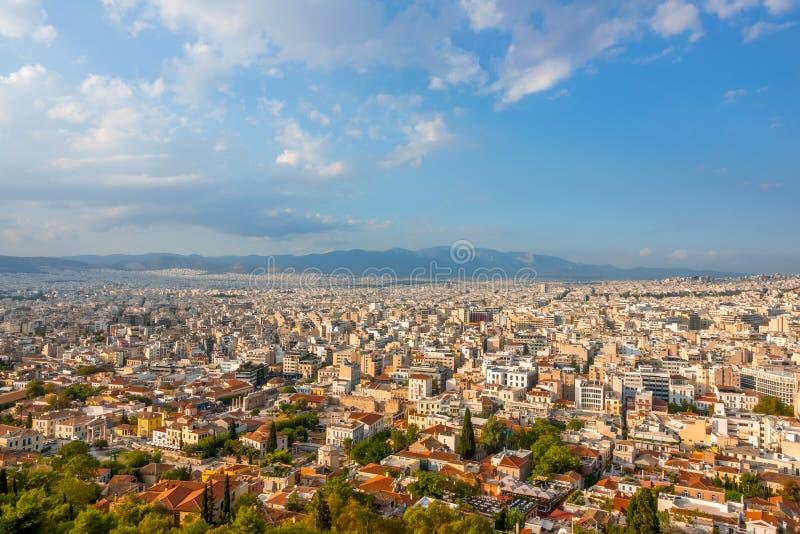 Cielo azul con nubes sobre los techos de Atenas imagen de archivo