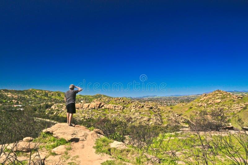 Cielo azul de California de la montaña del caminante del hombre imagenes de archivo