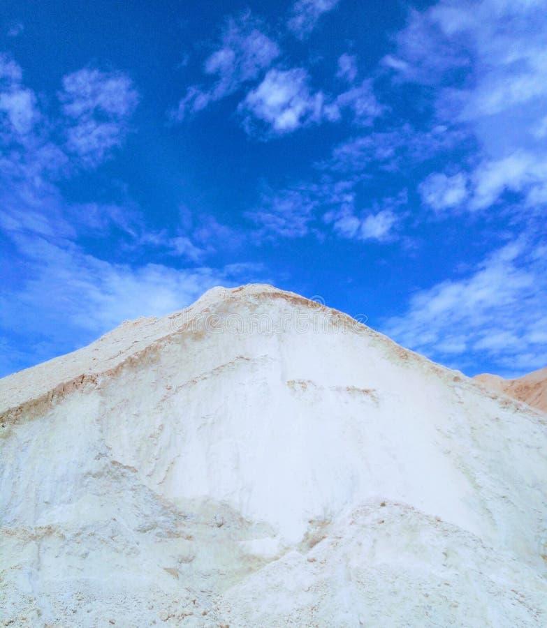 Cielo azul de la atm?sfera de la colina de las nubes foto de archivo libre de regalías