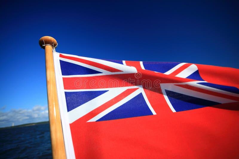 Cielo azul de la bandera roja marítima británica de la bandera fotos de archivo libres de regalías