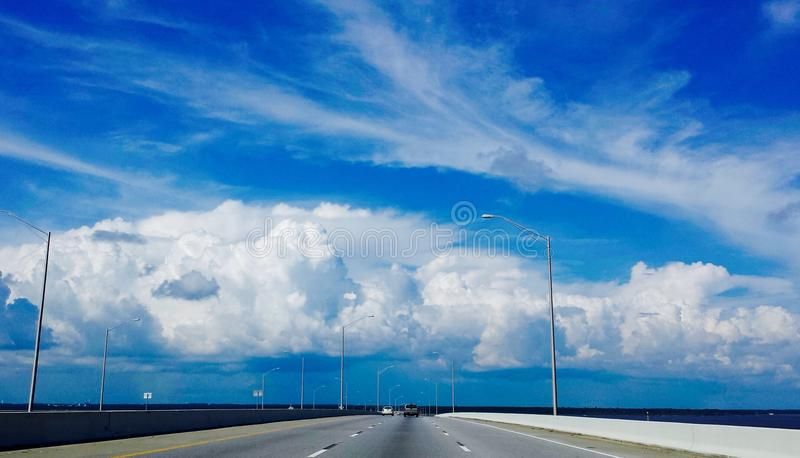 Cielo azul de la carretera imagen de archivo libre de regalías